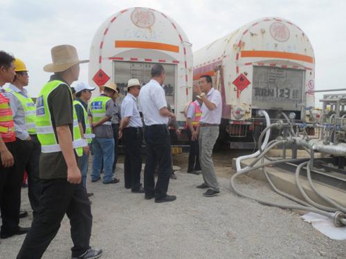 公司副总经理张志涛向领导介绍燃气设备工作情况-宁夏路桥集团公司